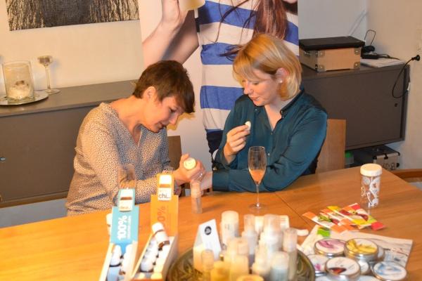 Fotocredits: Doris - Mein RINGANA Frischeabend mit Sabine. Hier werde ich gerade mit Hand-Pflegebalsam verwöhnt. Nasche die Verpackungsfloken und genieße ein Glas Sekt mit CHI