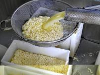 Bildcredits: Dorisworld.at | Der frische Käse mit der Molke wird abgefüllt | Sinnlehen-Alm