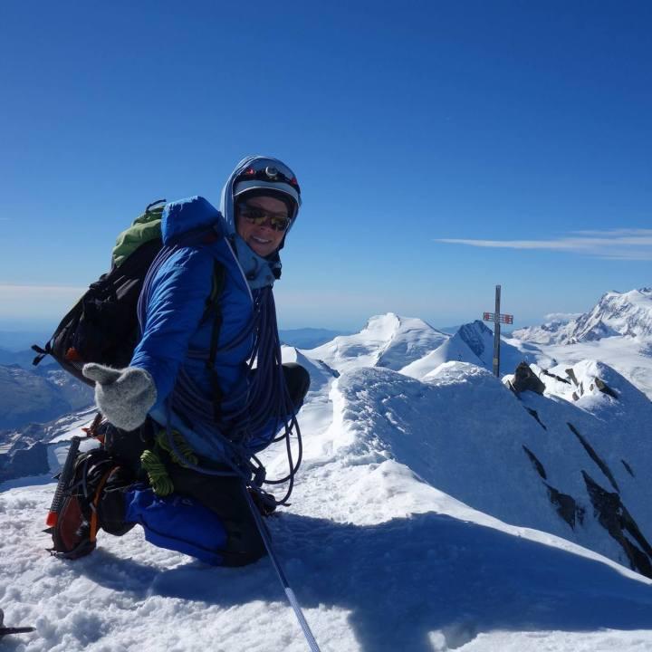 Linzer Bergsteigerin geht 6.000, hilft Kindern in Not und du kannst sie für jeden Höhenmeter unterstützen…