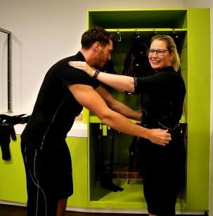 Der Trainer zieht mir die Jacke ganz eng zu, damit sie am Körper gut anliegt. (2)