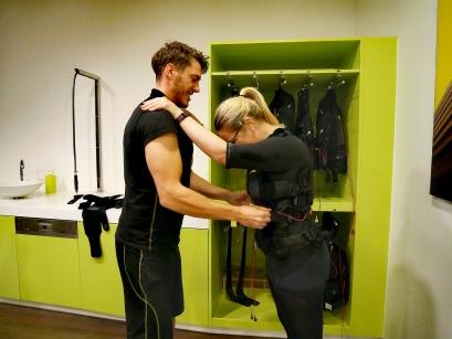 Der Trainer zieht mir die Jacke ganz eng zu, damit sie am Körper gut anliegt. (1)