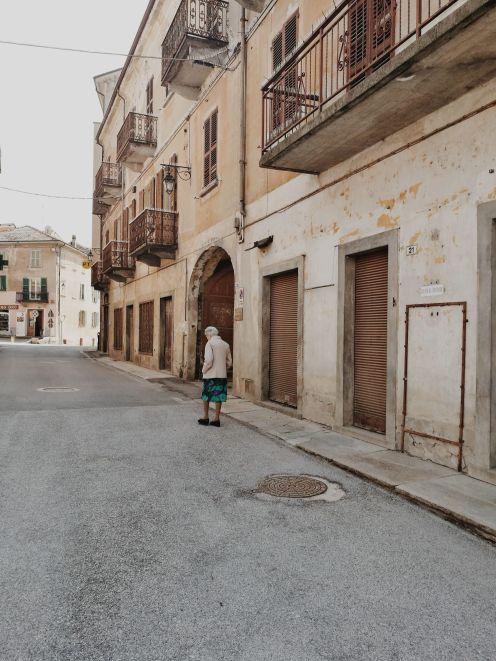 Bildcredits: Dorisworld.at   Monesiglio, Oma geht über die Straße